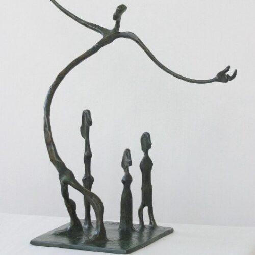 Drie meisjes en een jongen die een steen gooit